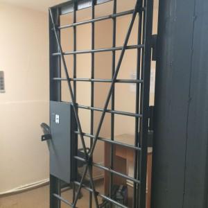 Ремонт и усиление входной решетчатой двери хранилища